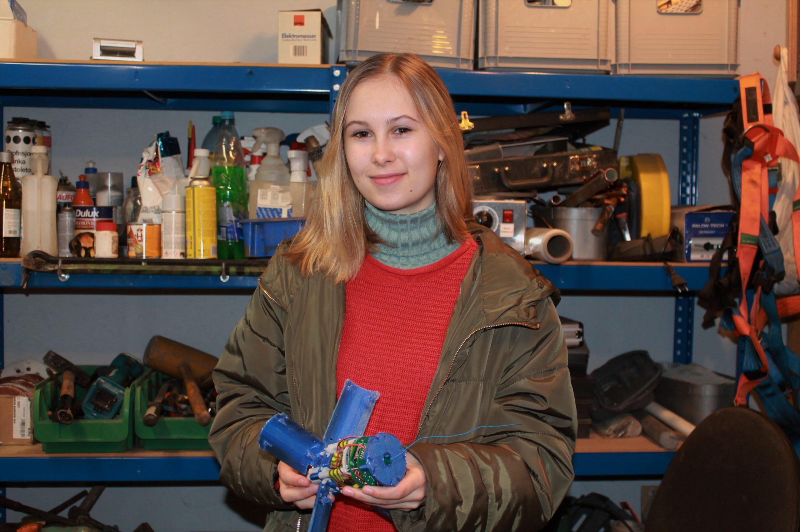 Natalia Nienartowicz podczas prac konstrukcyjnych minisatelity.