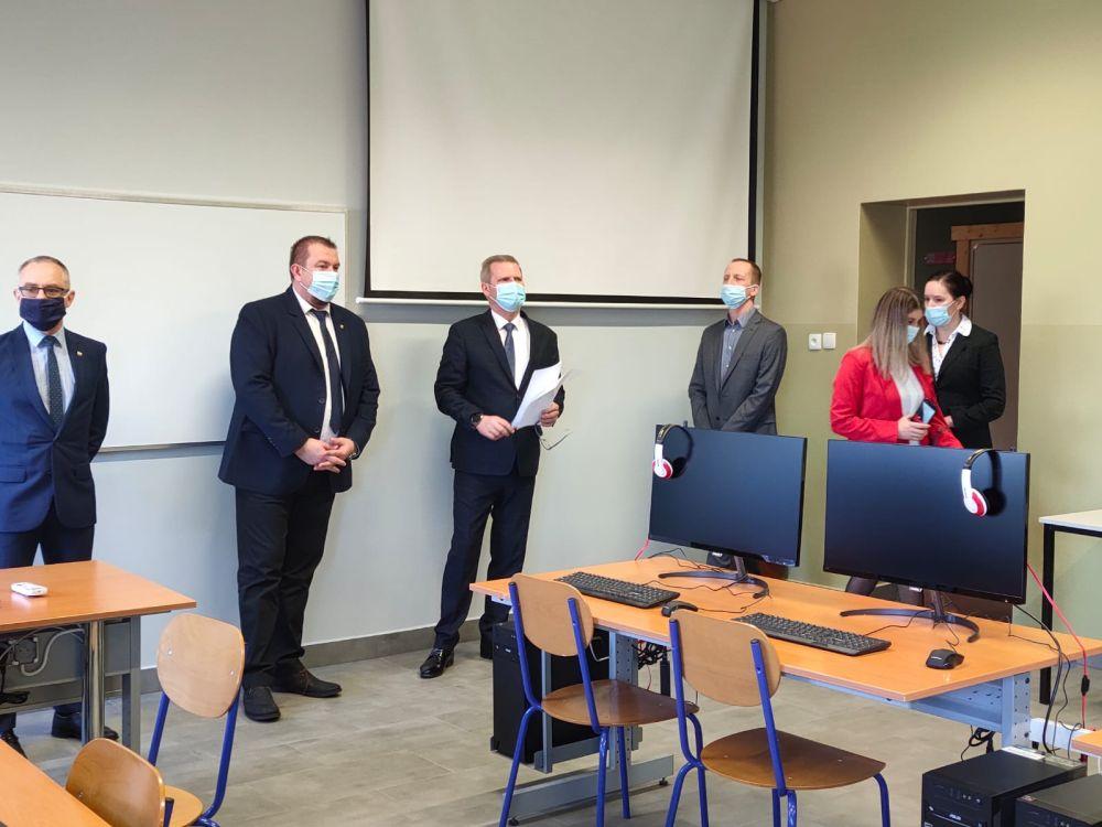 Pierwszym wyzwaniem w konkursie było opracowanie misji dla minisatelity – CanSata, a także skalkulowanie budżetu masy i mocy urządzenia, poboru prądu, żywotności baterii, ceny. Kolejny krok polegał na stworzeniu komputerowego modelu minisatelity. Uczniowie z Raciborza wykonali zadanie doskonale, co zapewniło im kwalifikację do kolejnego etapu konkursu, w którym otrzymali od organizatorów tzw. zestaw startowy. Złożyły się nań podstawowe elementy potrzebne do budowy satelity, w tym dwie płytki.